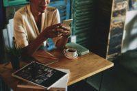 seorang wanita mengecek aplikasi hanson forex investing